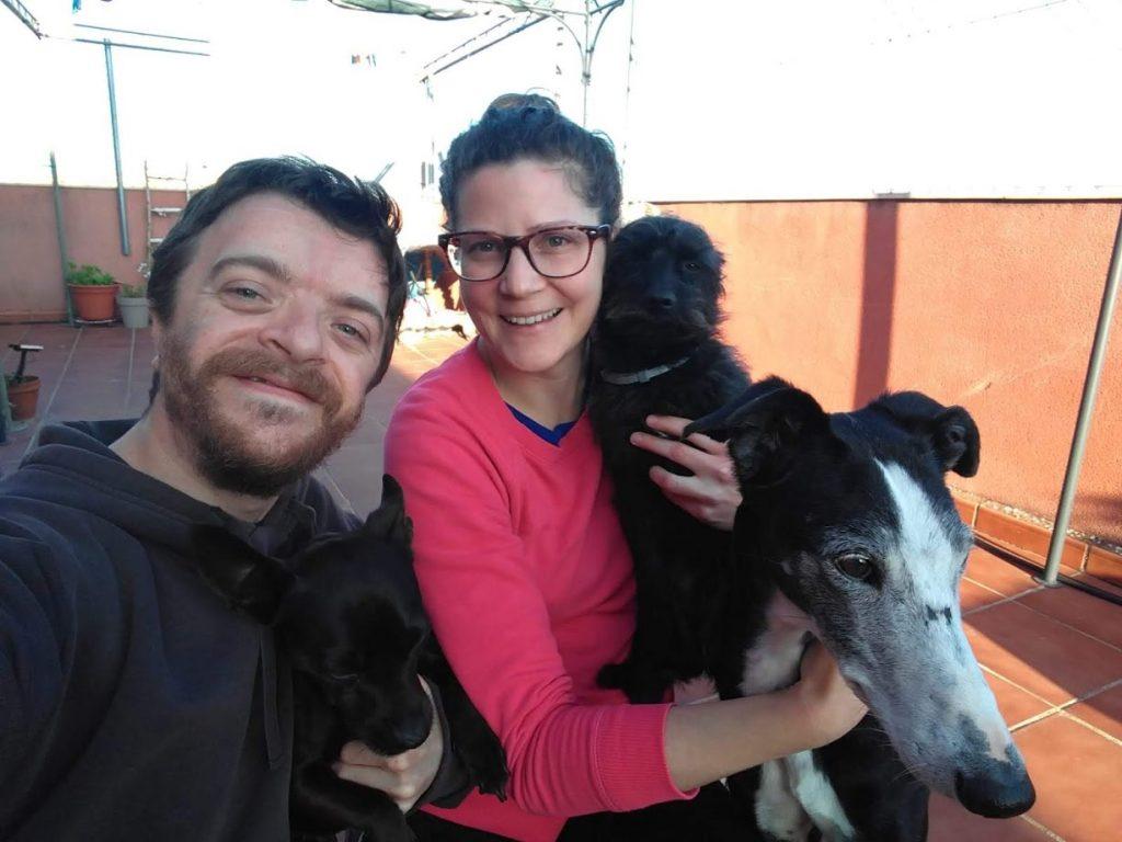 Daniel con su mujer y sus perros Displasia cleidocraneal